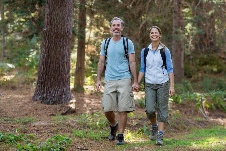 pariskunta retkeilemässä metsässä
