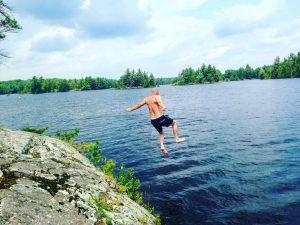 mies hyppää järveen