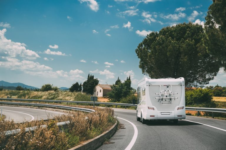 matkailuauto ajaa tiellä